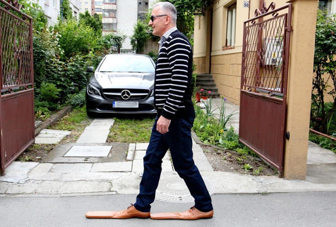 Un cizmar din Cluj asigură distanţarea socială cu ajutorul pantofilor de mărimea 75