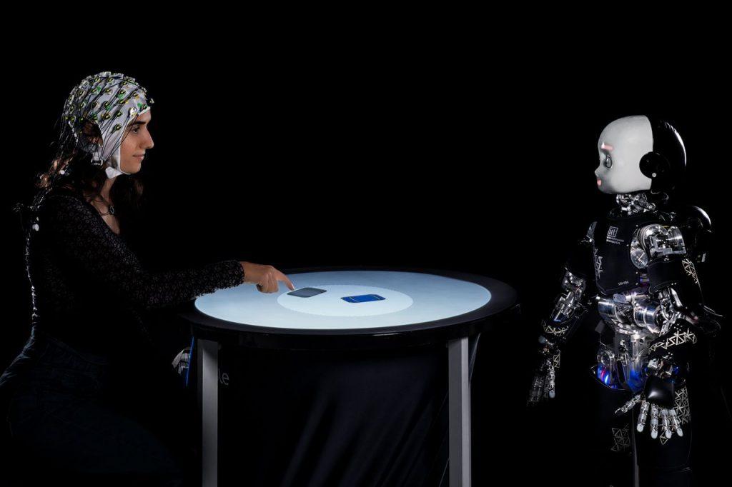 robot umanoid icub privire