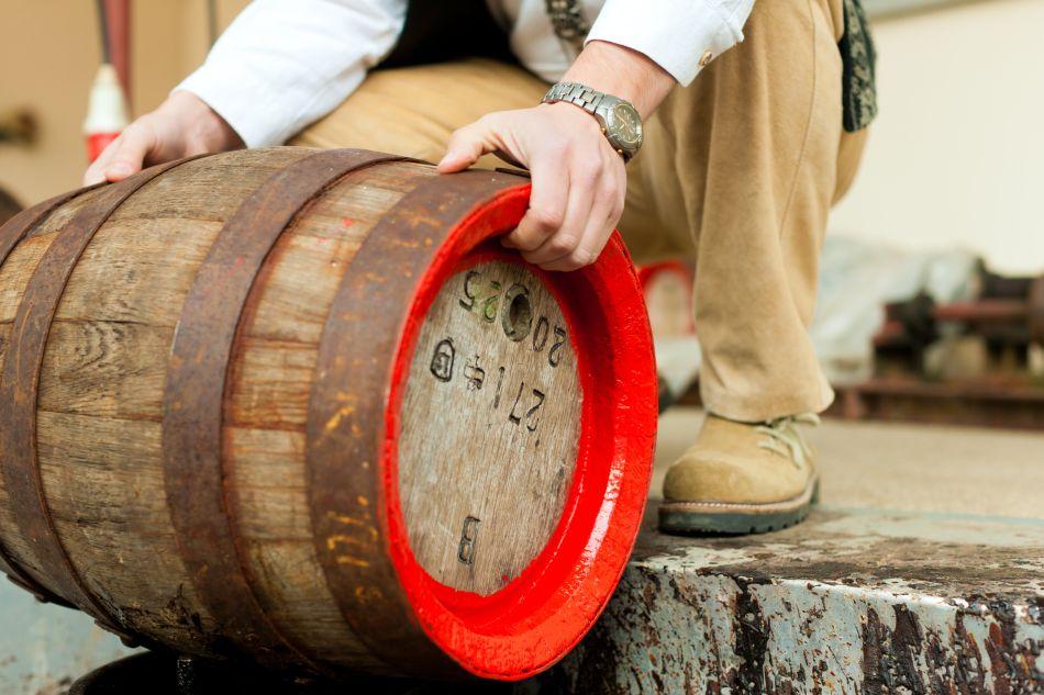 Micile berării tradiţionale folosesc încă butoiaşele de lemn
