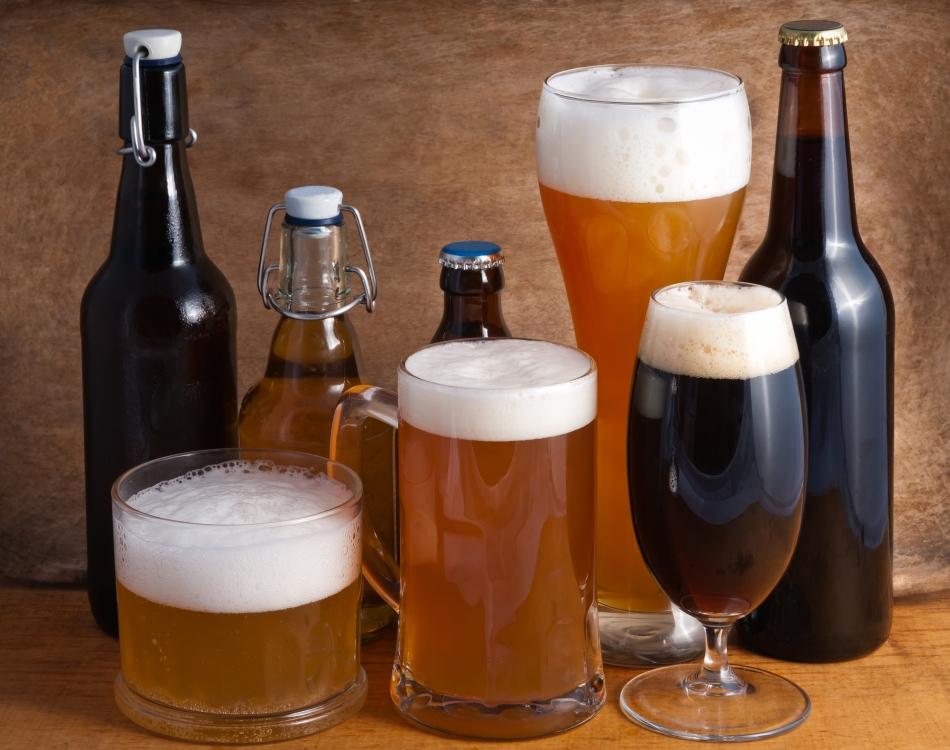 Diferite tipuri de bere, servite în pahare de forme distincte