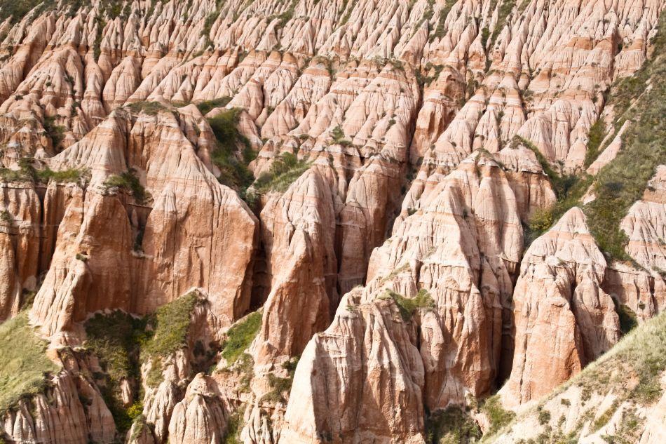 Piramide formate prin procesele de eroziune.