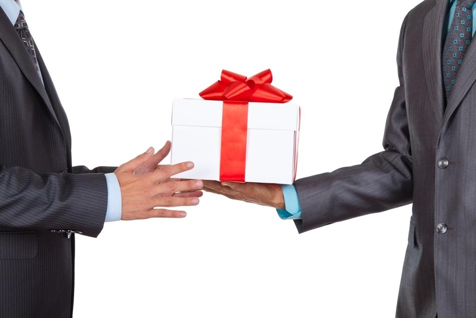 """Un cadou este un """"fapt social"""", cu profunde semnificaţii în sfera relaţiilor interumane."""