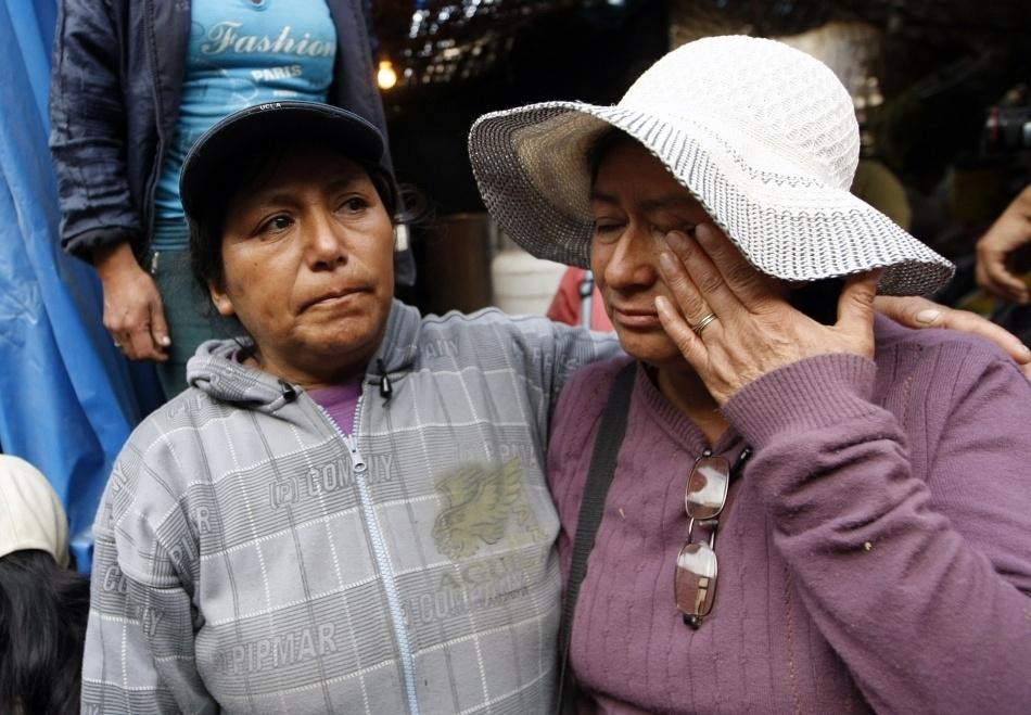 Două femei plâng de fericire după ce soţii lor au fost salvaţi