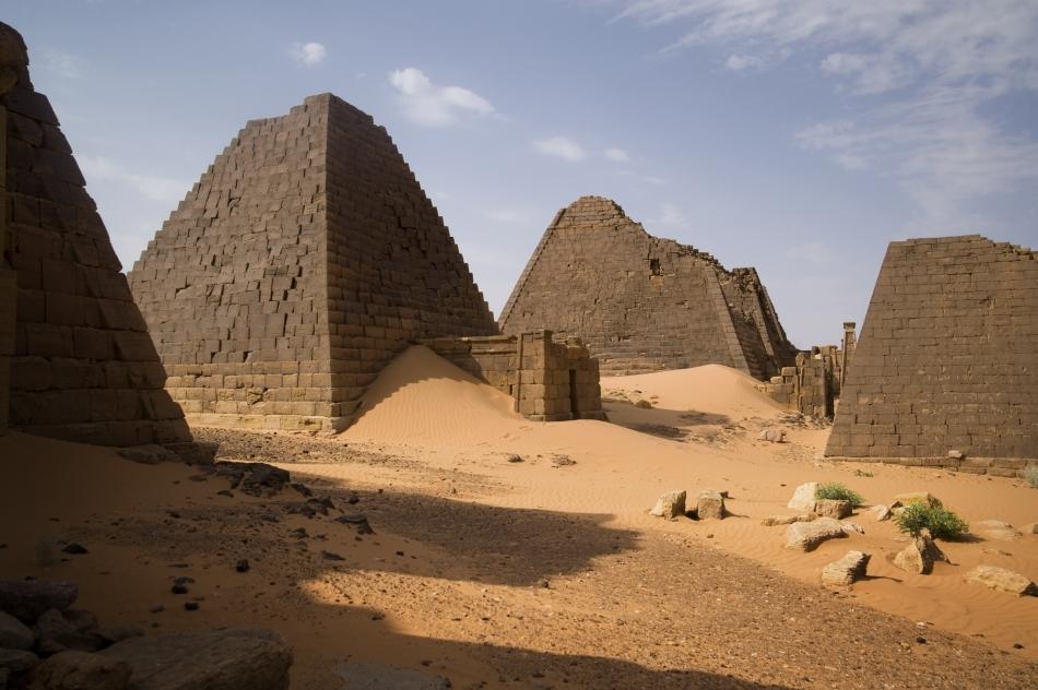Ruinele piramidelor din Abydos