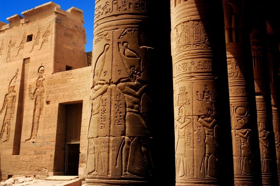 Basoreliefuri şi hieroglife pe templul din Luxor