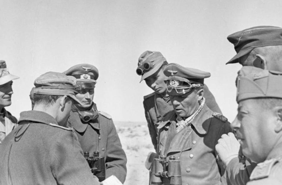 Rommel dând indicaţii înainte de un atac