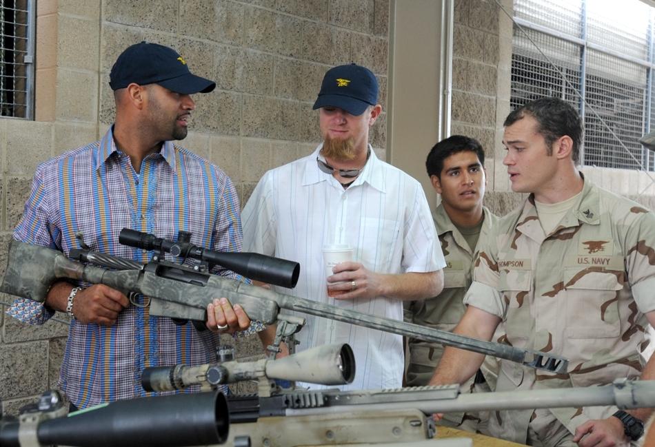 Puşcaşi marini americani alături de armele lor de mare precizie