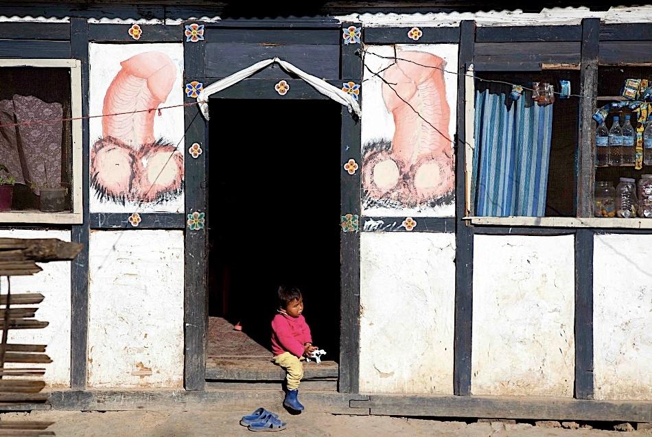 Intrarea unui mic magazin din capitala Thimphu