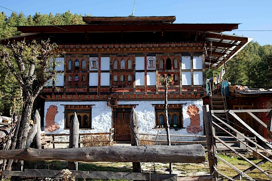 O casă tradiţională din Thimphu, cu pereţi împodpbiţi cu simboluri falice