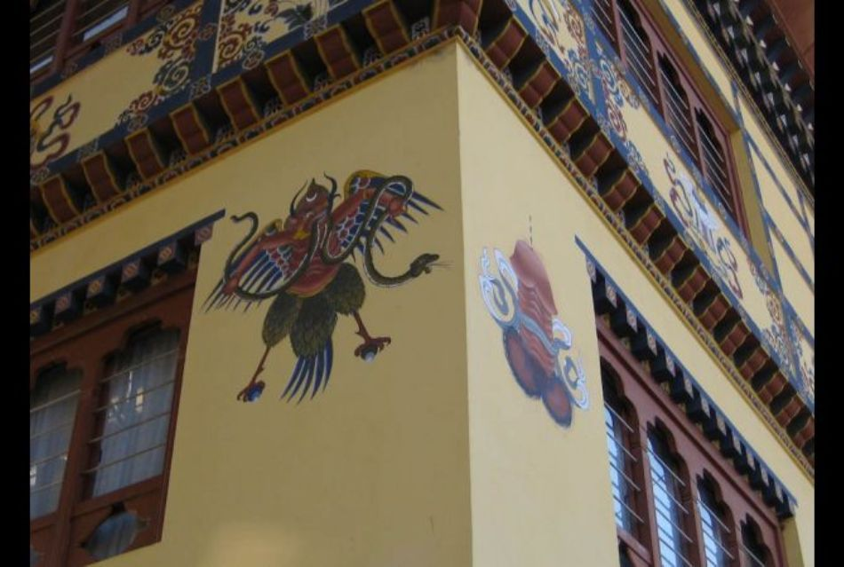Zeitate budistă alături de un simbol falic