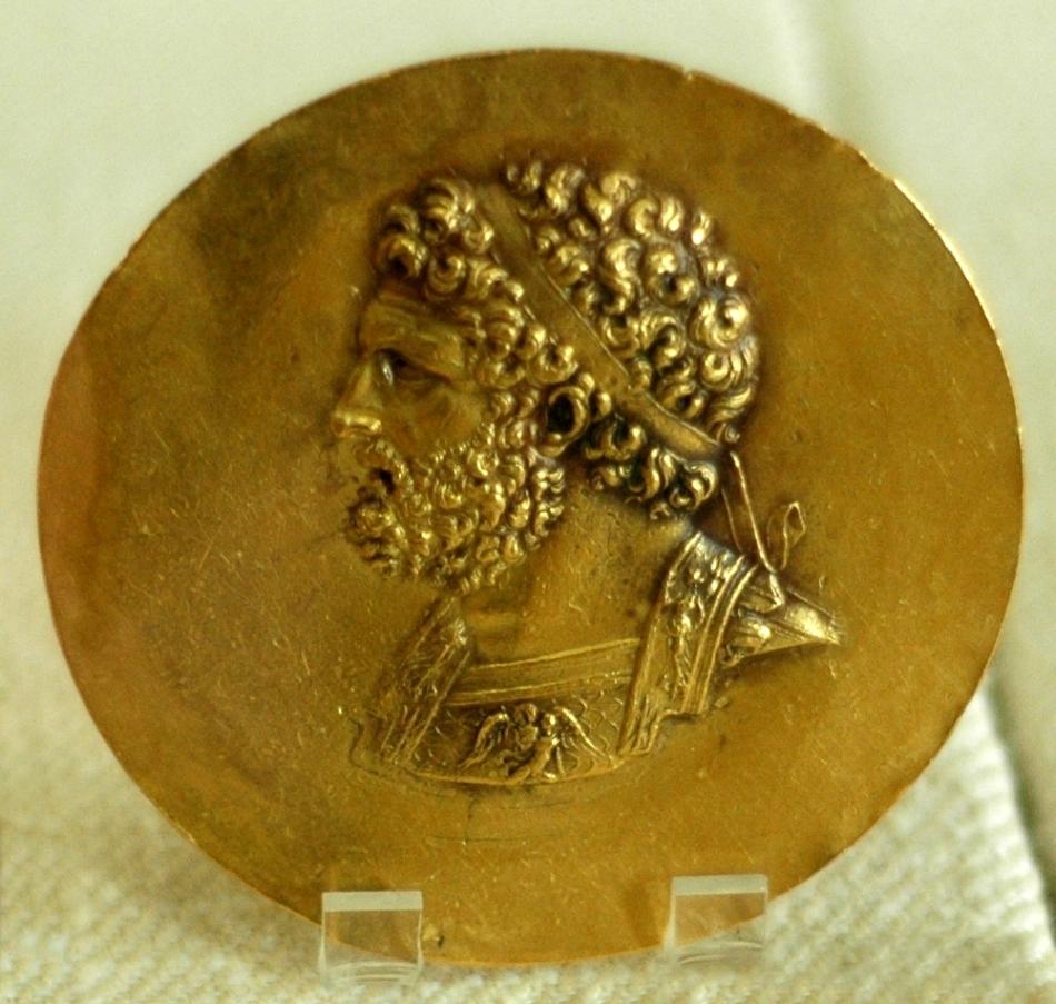 Chipul lui Filip al doilea gravat pe o monedă a victoriei, un nikterion antic
