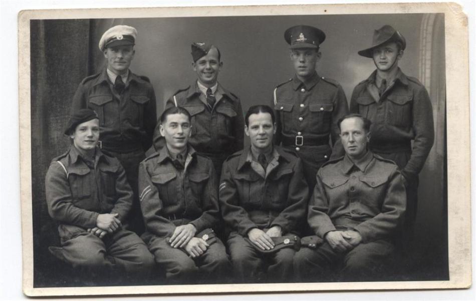 Fotografie de epocă cu Horace Greasley şi o parte din camarazii săi