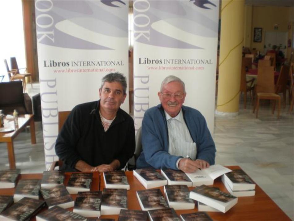 Horace Greasley şi scriitorul Ken Scott cu ocazia lansării cărţii sale autobiografice
