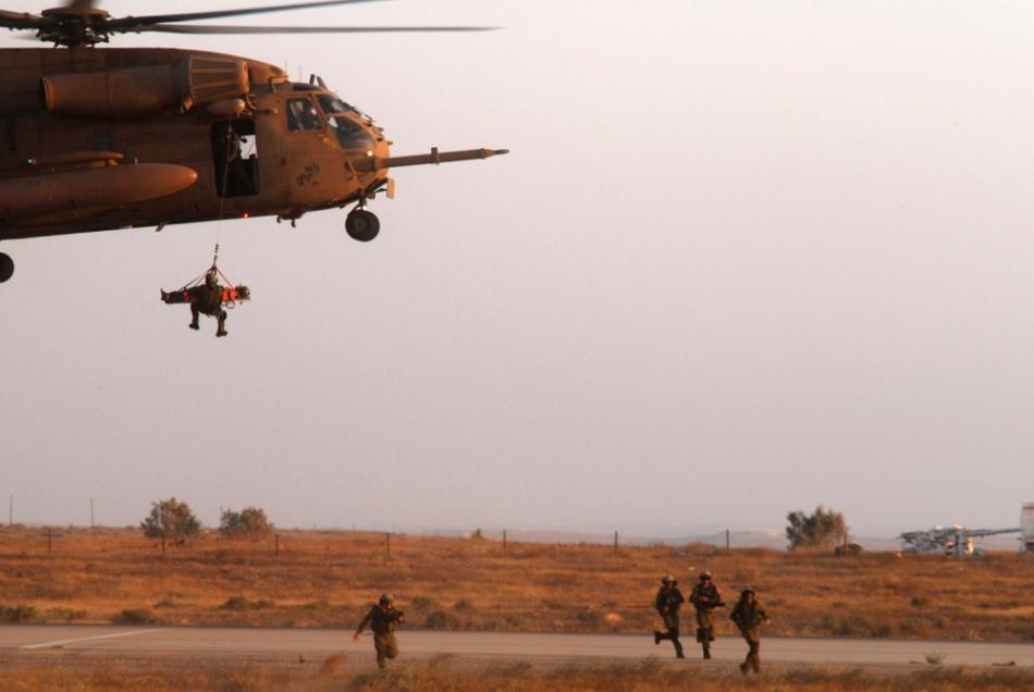 Trupele speciale de paraşutişti israelieni în timpul unei aplicaţii
