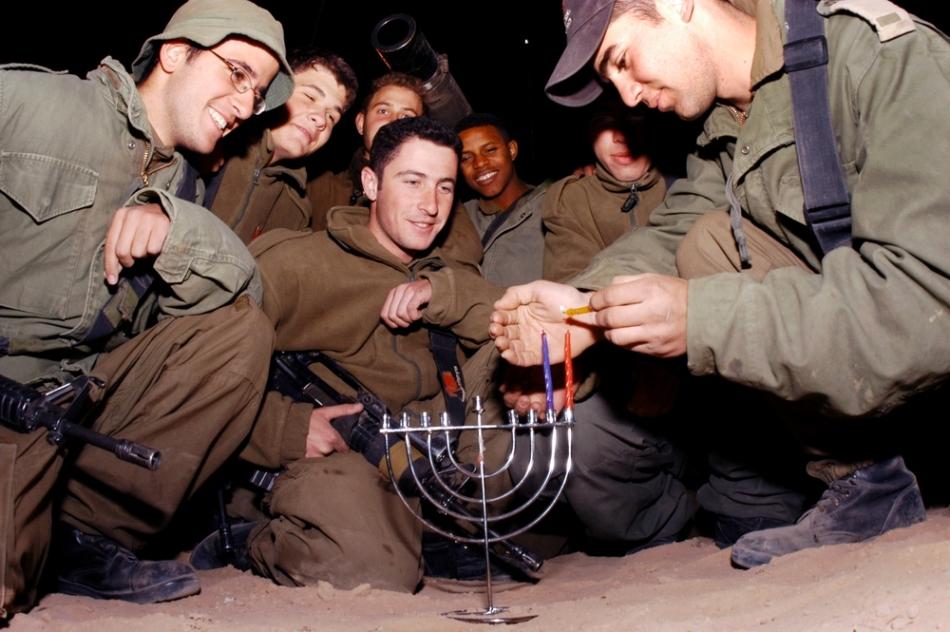 Soldaţi israelieni sărbătorind Hanuka în tranşee