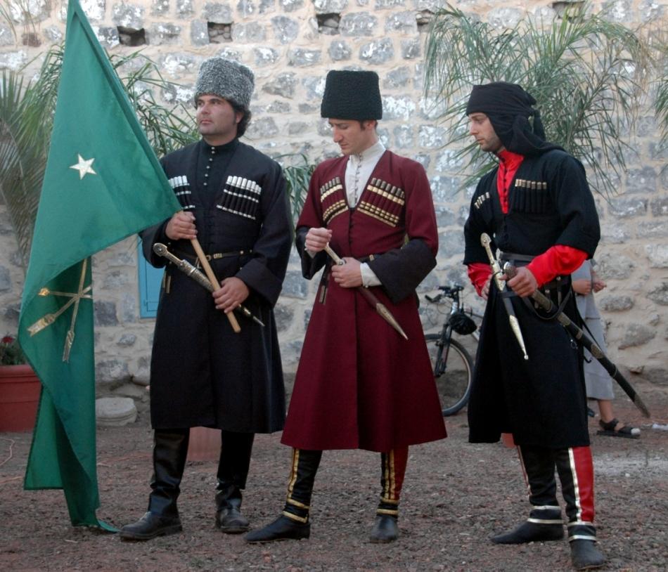 Grup de cerchezi adighe îmbrăcaţi în costumele lor tradiţionale