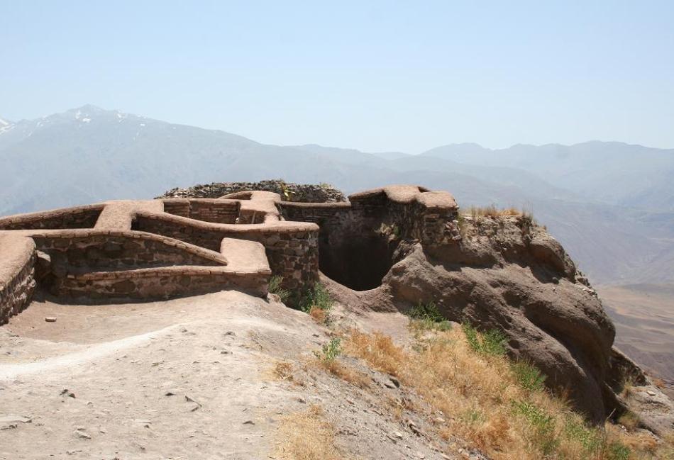 Ruinele din prezent ale fortăreţei Alamut