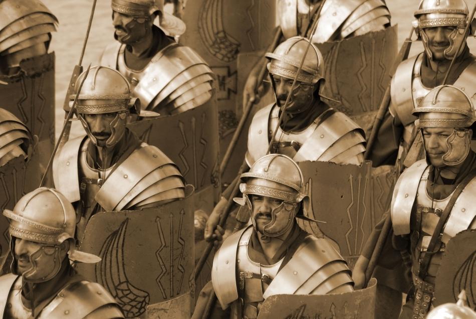 Legionari romani mărşăluind în formaţie