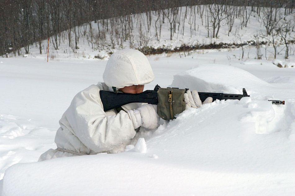 Luptător antiterorist nipon la antrenament pe timp de iarnă