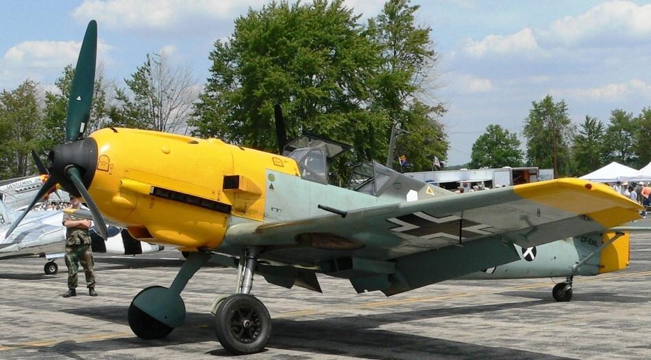 Avion de vânătoare german de tip Messerschmitt Bf 109 expus într-un muzeu al aviaţiei militare