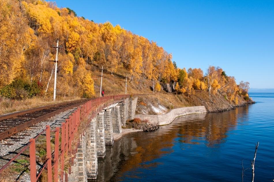 Trans-siberianul în apropiere de malurile Lacului Baikal