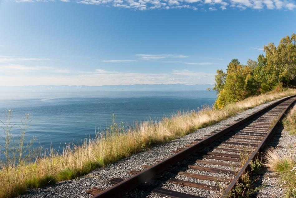 Linia ferată paralelă cu Lacul Baikal