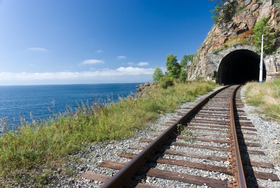 Unul dintre numeroasele tuneluri străbătute de Trans-siberian