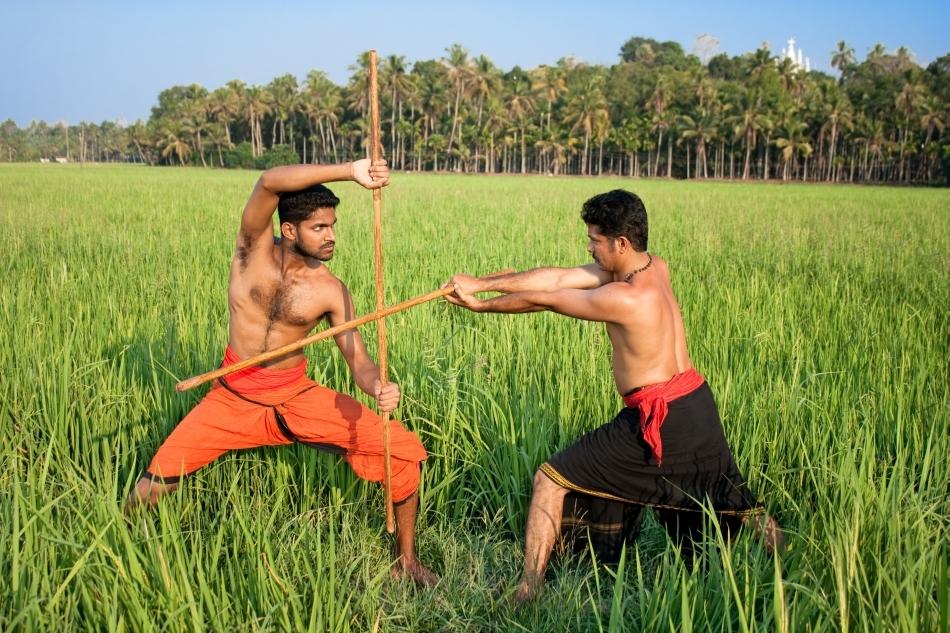 Doi practicanţi de Kalaripayattu care studiază lupta cu beţele.
