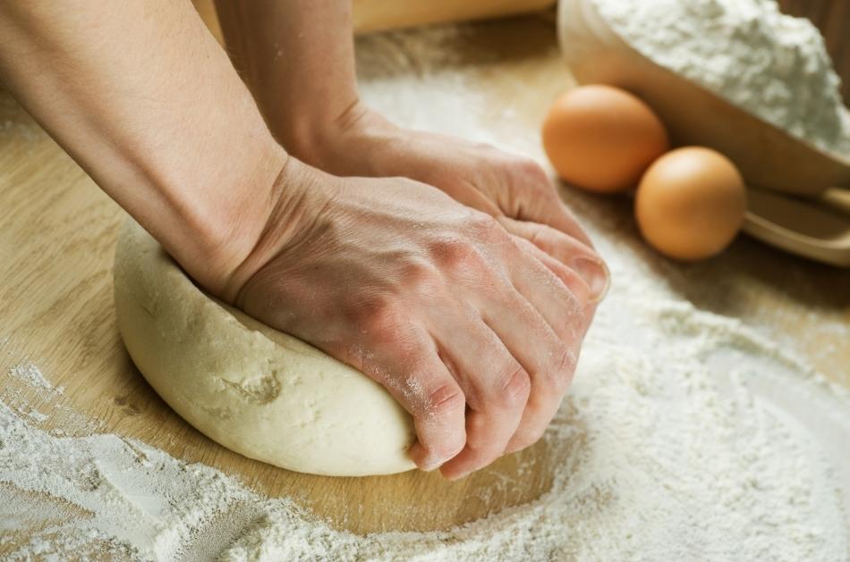 Frământarea alauatului pentru pâine.