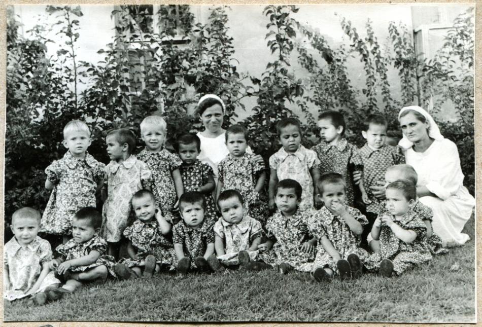 Fotografie din perioada sovietică, cu un grup de copii avari