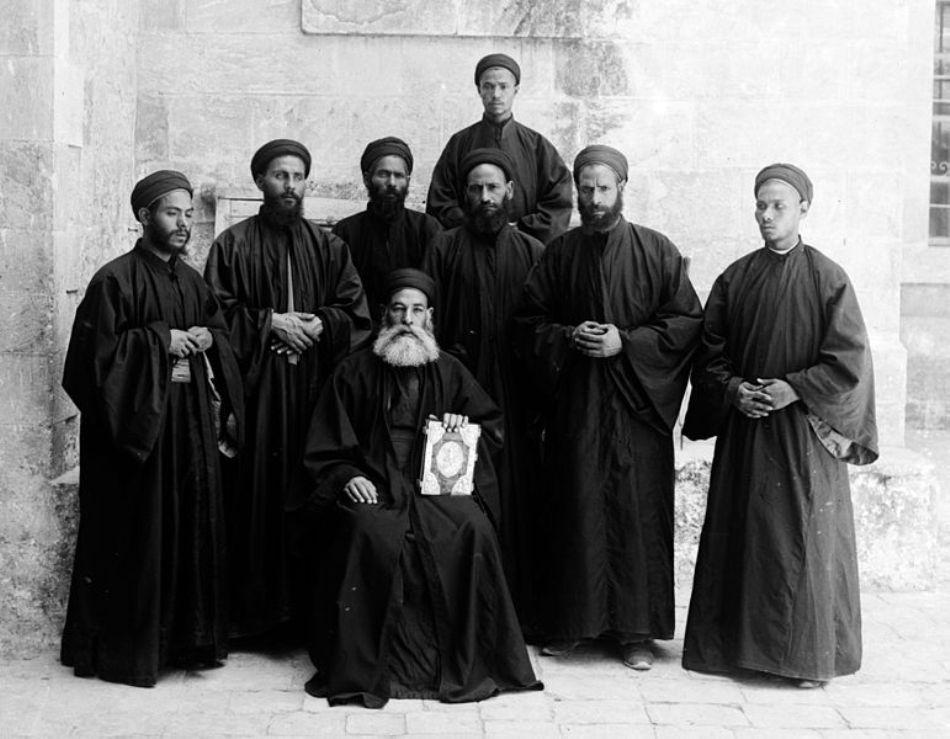 Fotografie de epocă cu un grup de călugări copţi