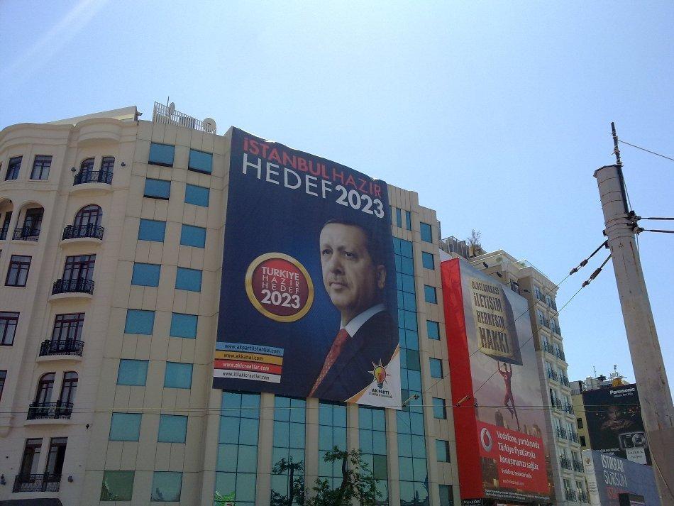 Afiş electoral cu premierul Recep Tayyip Erdogan