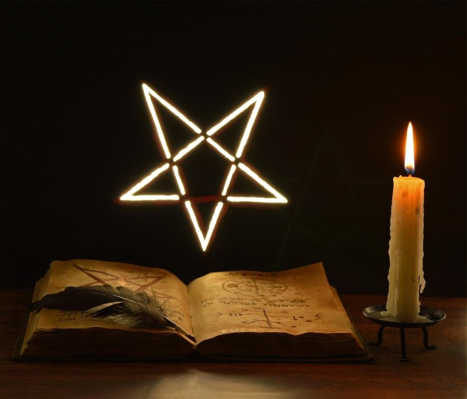"""Alături de gromovnice, pentagrama şi lumânările fac parte din """"trusa"""" oricărui ocultist"""