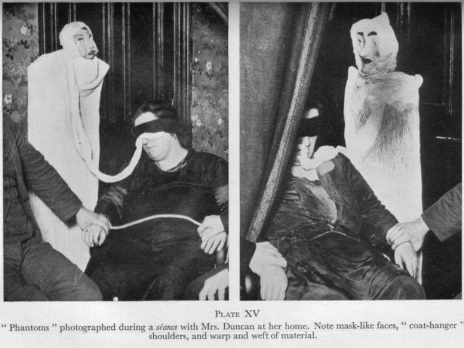 """""""Fantomele"""" flase făcute din pânză de tifon, care apăreau în preajma Helenei Duncan în timpul şedinţelor de spiritism"""