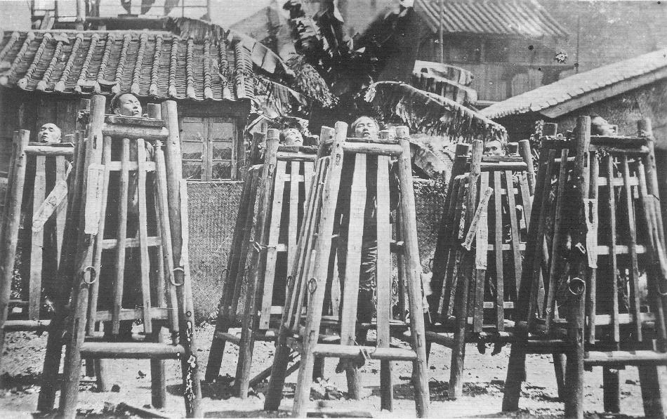 Execuţie publică a unor boxeri capturaţi. Aceştia erau închişi în nişte cuşti înguste de lemn şi lăsaţi să moară de sete.
