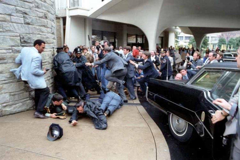 Fotografie de la locul tentativei de asasinat asupra lui Ronald Reagan