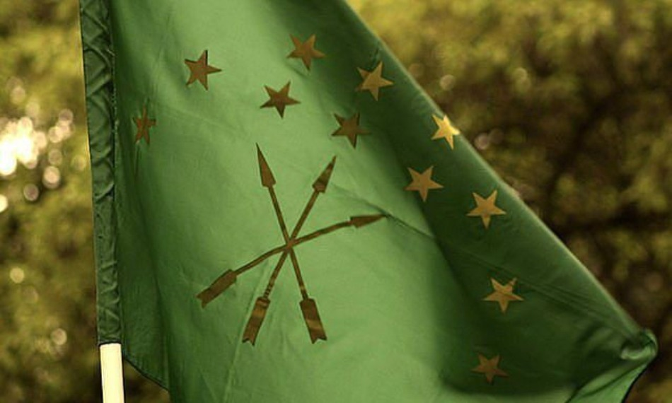 Steagul naţional cerchez. Clee douăsprezece stele reprezintă cele douăsprezece triburi adîigheene de odinioară: Abdzakh, Benesley, Bdhzedug, Yegeruquay, Zhaney, Kabardai, Mamkhegh, Natukhai, Temirgoy,Ubykh, Shapsugh şi Hatukai