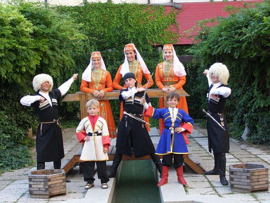 Un grup de copii şi tineri cerchezi îmbărcaţi în costume tradiţionale
