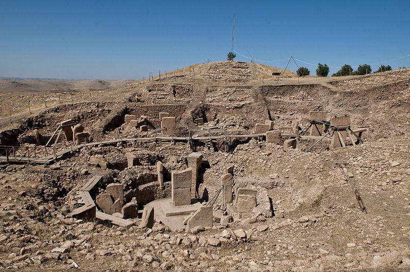 Gobekli Tepe este un alt deal construit de om, în sud-estul Turciei şi excavat de profesorul Klaus Schmidt, de la German Archaeological Institute.