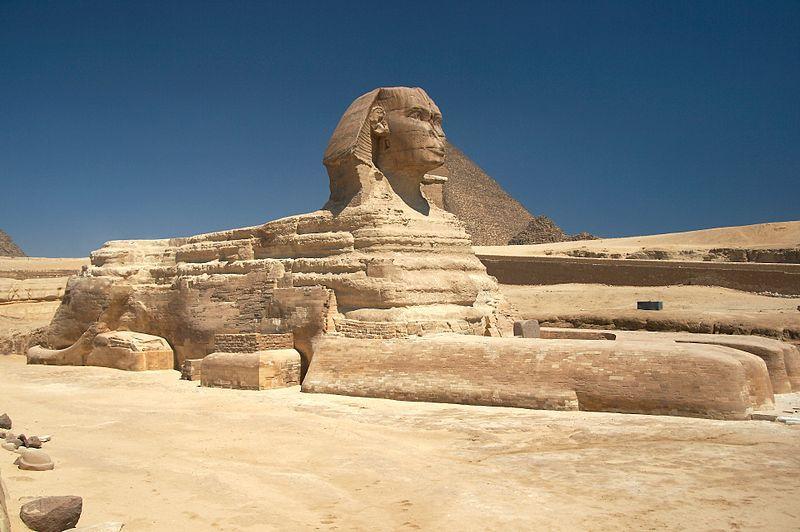 Sfinxul este asociat cu zeiţa-leu Sekhmat, dar şi cu zeii soarelui Ra şi Amun