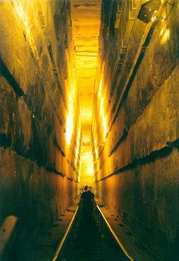 Coridor în interiorul piramidei lui Keops