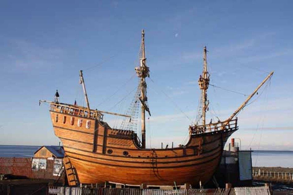 Replica actuală a navei Victoria care s-a întors în Spania, construită în mărine maturală