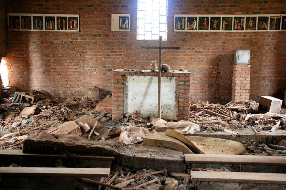 Interiorul bisericii din Nyarubuye este astăpzi amenajat ca loc de reculegere pentru memoria victinelor masacrului de aici