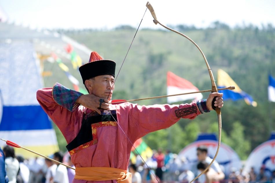 Un arcaş mongol ăn zilele naostre la Festivalul Naadam