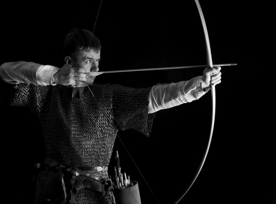 Arcaş în echipament medieval de luptă