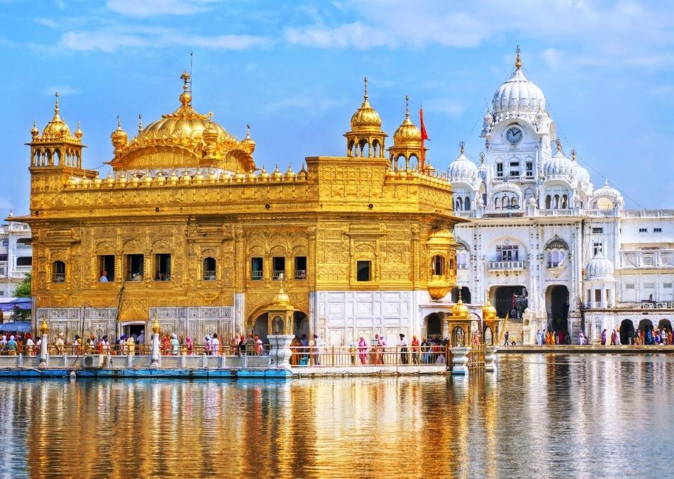 Templul de Aur din Amritsar este într-adevăr polieti cu aur pe toată surpafaţa lui. Credincioşii sikşi au pedepsit nenumăraţi hoţi care voiau să răzuie pereţii templului, prin tăierea mâinilor.