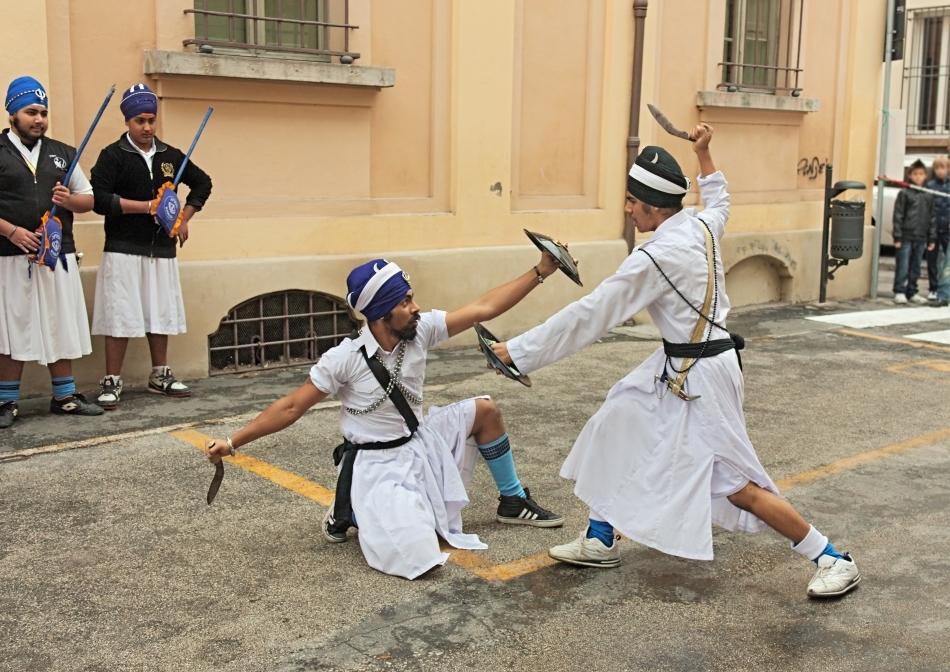 Tinerii sikşi se antrenează frecvent în lupta cu armele albe.