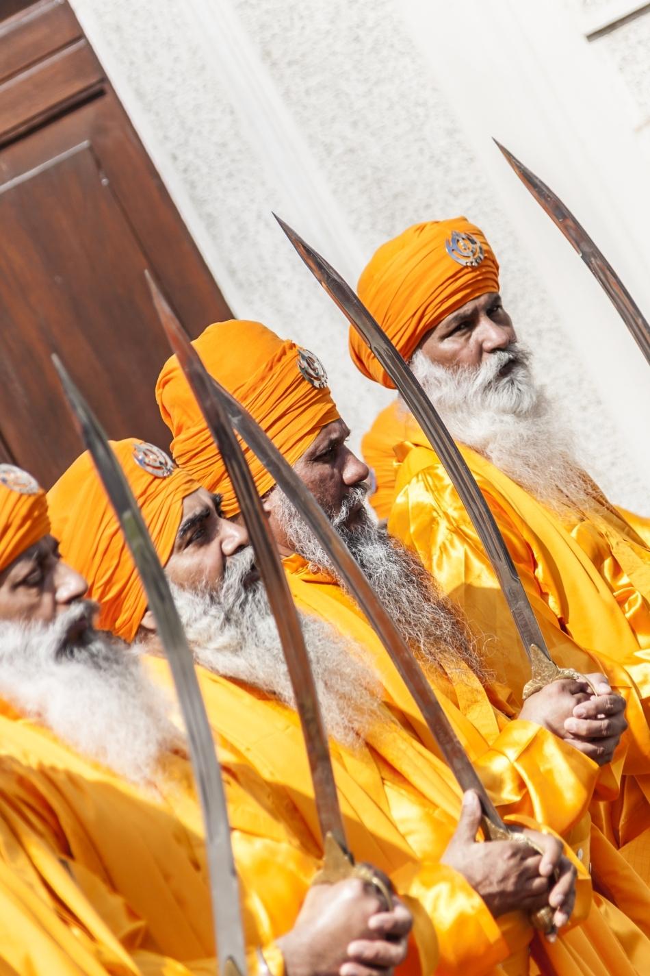 Bătrâni sikşi înarmaţii cu săbii în cadrul unei procesiuni religioase