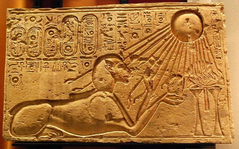 Faraonul Akhnaton, sub forma unui sfinx, venerează discul solar, reprezentarea zeului Aton