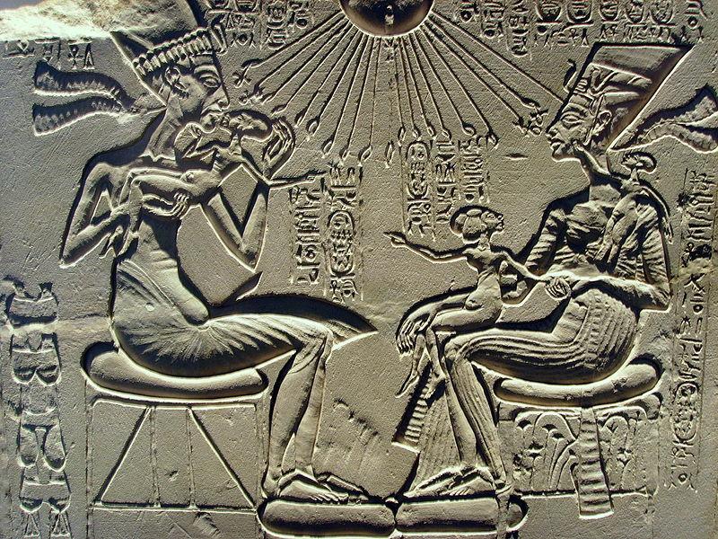 Akhanton şi Nefertiti alături de copiii lor, sub protecţia zeului unic Aton